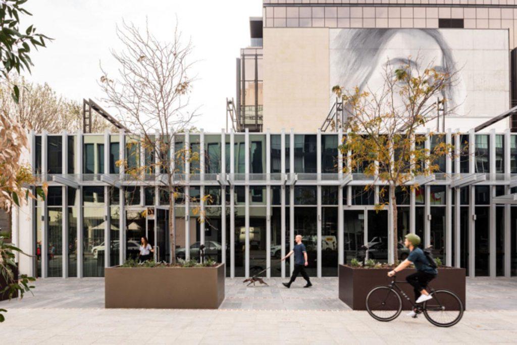 معماری داخلی دفترکار اوبر در استرالیا با کنتراست سیاه و سفید | ایتوک | مبلمان اداری
